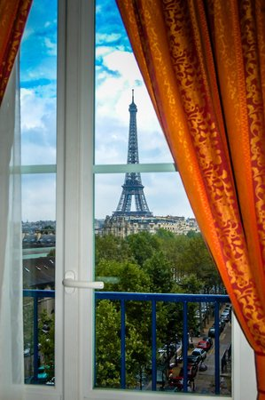 Hotel Duquesne Eiffel: View of Eiffel Tower from Room