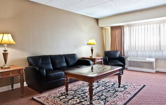 Rolling Meadows, IL: Lviving Room - Executive Suite