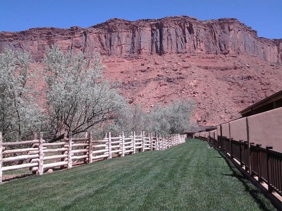Red Cliffs Lodge: View from our room patio