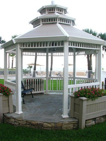Holiday Inn Hotel & Suites Daytona Beach: Oceanfront Gazebo. Great location for Wedding Ceremony