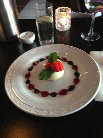 Maynooth, Irlande : Panna cotta with frutti di bosco sauce