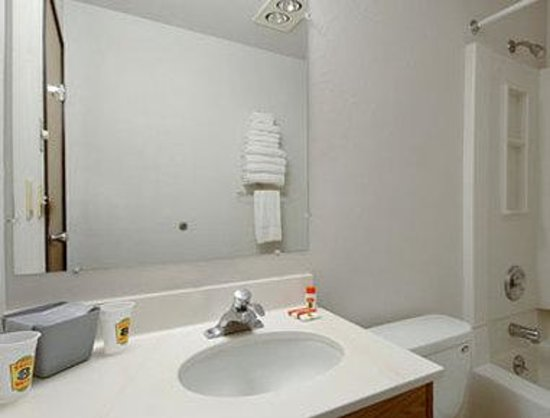 Super 8 Lacey/Olympia Area: Bathroom