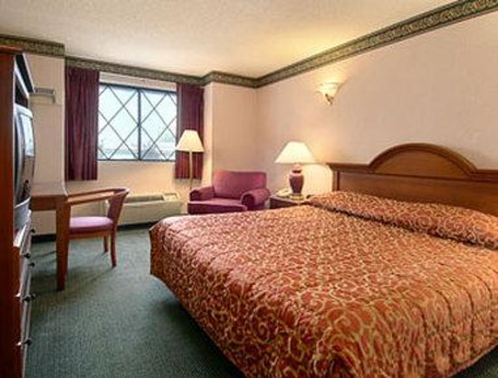 Super 8 West Haven : Standard King Bed Room