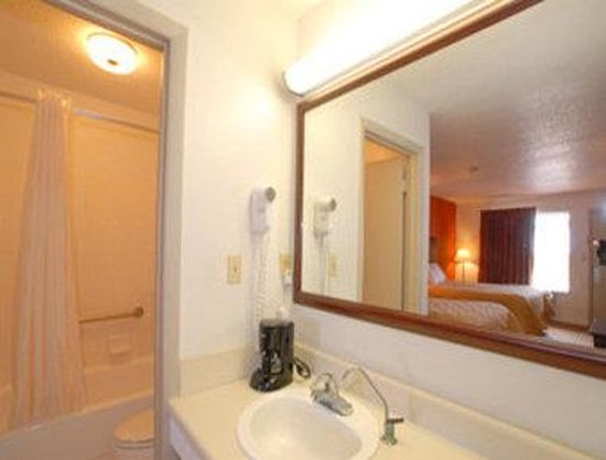 Super 8 DeFuniak Springs: 2 Beds Guest Bathroom