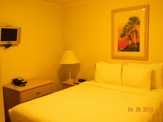 Sailport Waterfront Suites: bedroom- (camera issue for yellowness)
