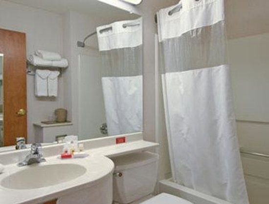 Ramada Limited Frisco: Bathroom