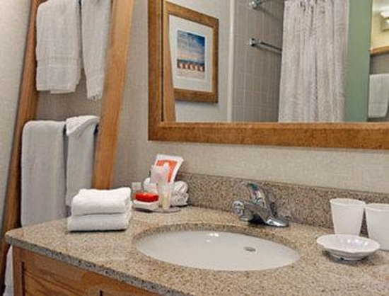 Ramada on the Beach: Bathroom