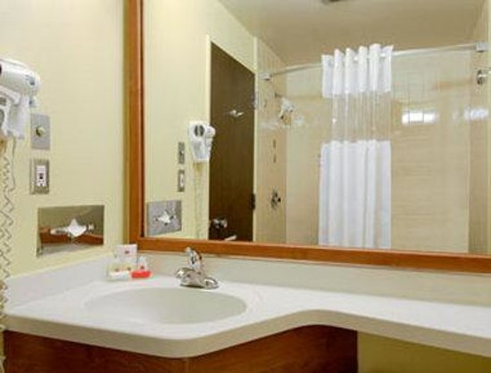 Ramada Limited Santa Barbara: Bathroom