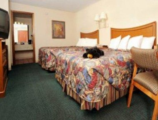 Ramada Pigeon Forge - Parkway: Standard 2 Queen Bed Room