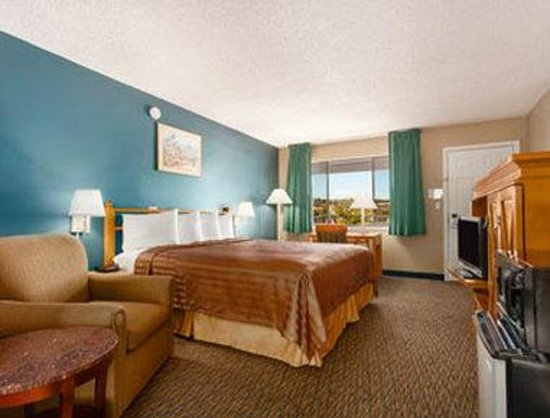 Travelodge San Diego Mission Valley: Deluxe 1 King Bed Room