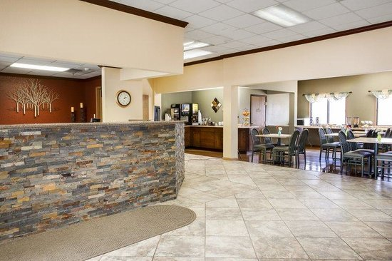 Heartland Inn - Coralville: Front Desk