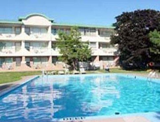Days Inn Kingston: Outdoor Pool