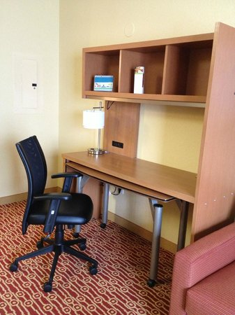 TownePlace Suites Cleveland Airport: Work area and part of desk was on wheels to pull out