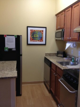 TownePlace Suites Cleveland Airport: Full kitchen