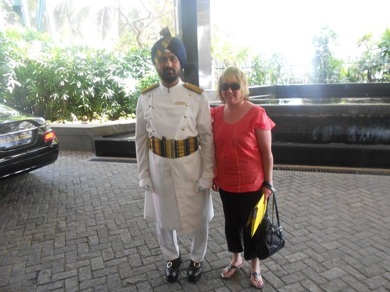 The Oberoi, Mumbai : Being welcomed by a very handsome man 