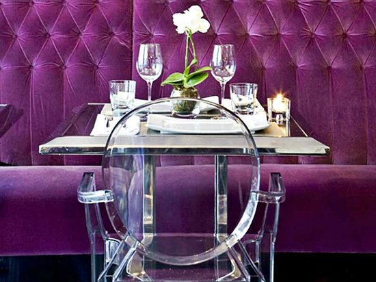 Hotel Les Jardins du Marais: Dining feature Louis Ghost Chairs by Philippe Starck