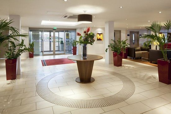 Holiday Inn Express Northampton M1, Jct 15: Hotel lobby at Holiday Inn Express Northampton