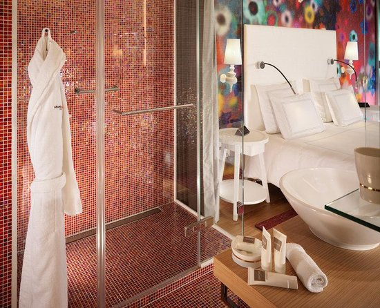 Swissotel Metropole Geneva: Signature Room Red Bathroom