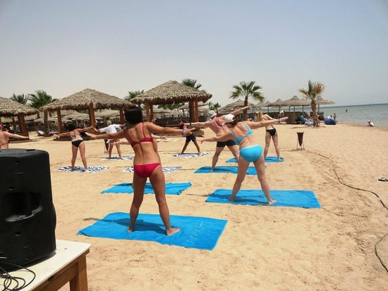 Amwaj Blue Beach Resort & Spa: streching on the beach with Animation Team
