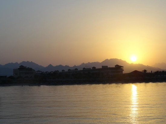 Amwaj Blue Beach Resort & Spa: sunset from the ponton