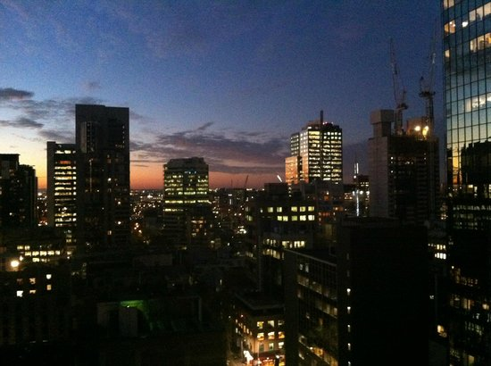 Adina Apartment Hotel Melbourne: The stunning view from the balcony on 17th floor.