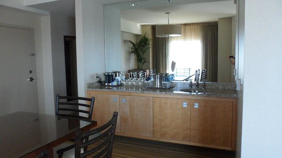 Hilton San Diego Bayfront: Fully stocked wet bar