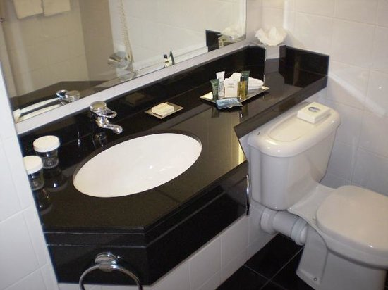 Hilton Belfast: Bathroom