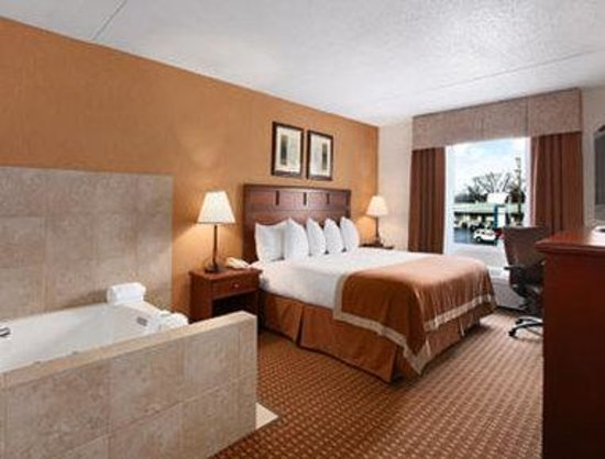Baymont Inn &amp; Suites Branson-On the Strip: Jacuzzi Suite