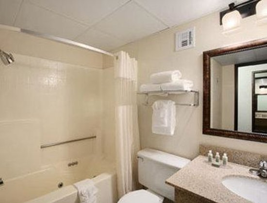 Baymont Inn & Suites Branson-On the Strip: Bathroom