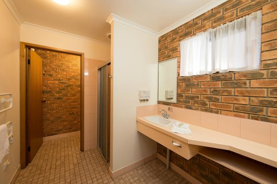 Albury, Australia: Large Family Room Bathroom - spacious
