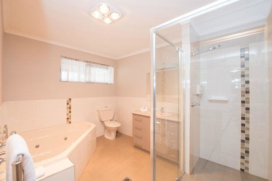 Albury, Australia: Executive Spa Suite Bathroom with Spa & Double Shower