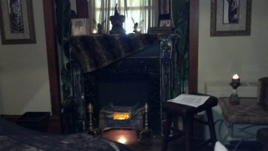 1884 Tinkerbelle's Wildwood Bed and Breakfast: Fireplace in room