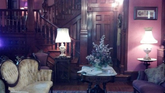 1884 Tinkerbelle's Wildwood Bed and Breakfast: Entry room