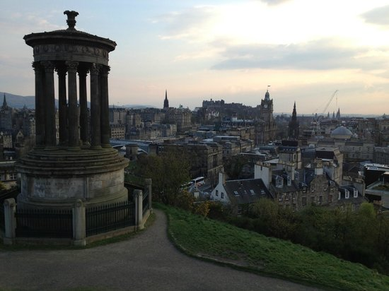 Apex Waterloo Place Hotel: Calton Hill a short walk from Apex Sunset w glass of wine!