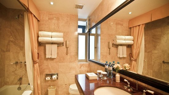 Hotel Monasterio by Orient-Express: Good sized bathroom