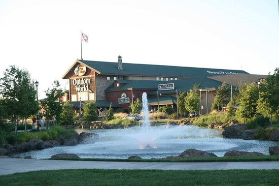 Manteca, Californien: Bass Pro Next to Hotel