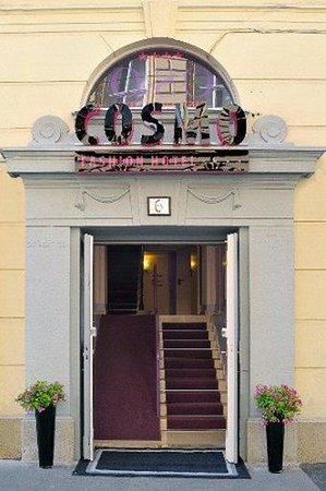 Cosmo Fashion Hotel: Entrance