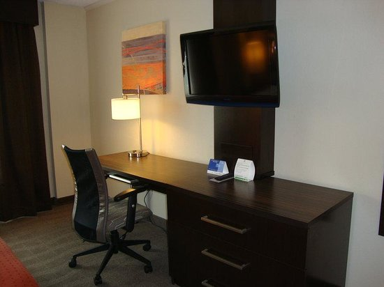 Portsmouth, OH: Flat screen TV and spacious work area in all our guest rooms