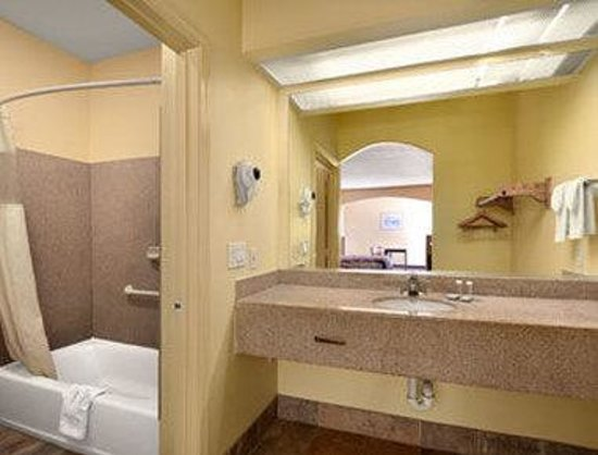 Travelodge Galveston: Bathroom