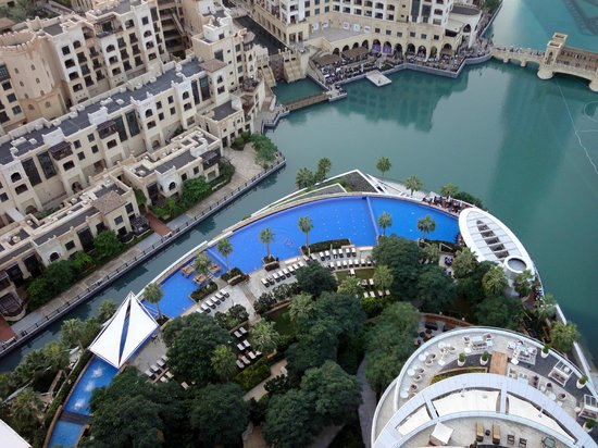 The Address Downtown Dubai : View of pool from fountains view club room