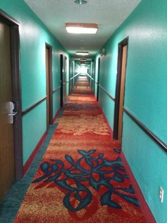 League City, Τέξας: hallway upstairs.  horrible colors but actually clean