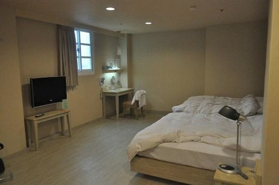 Kindness Hotel (Kaohsiung Main Station Front): View of Family room