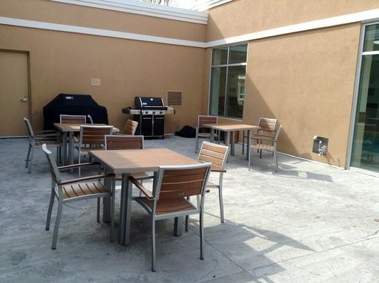 TownePlace Suites Mississauga-Airport Corporate Centre: DIY BBQ gas grills (very helpful staff when needed)