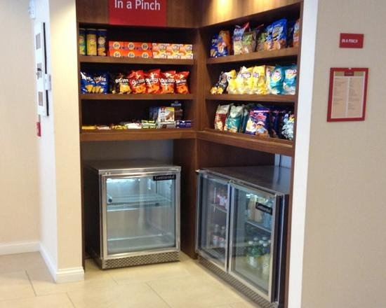 TownePlace Suites Mississauga-Airport Corporate Centre: 24/7 snacks for purchase in lobby