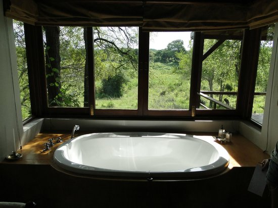 Tinga Private Game Lodge: banheira da suite
