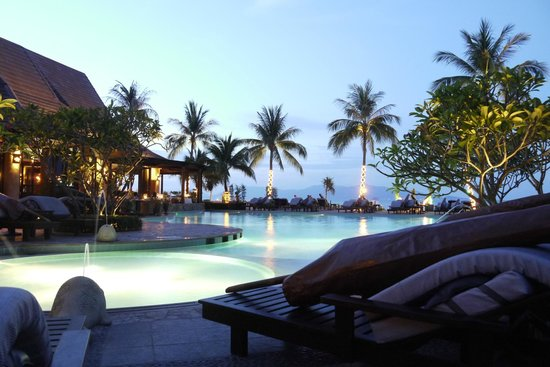 Bo Phut Resort &amp; Spa: Pool at dusk