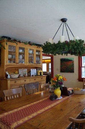 Romantic Riversong Bed and Breakfast Inn: dining room