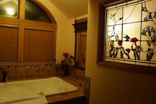 Romantic Riversong Bed and Breakfast Inn: chiming bells bath