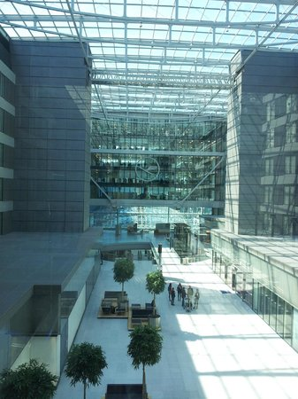 Hilton Garden Inn Frankfurt Airport: Blick in The Squaire