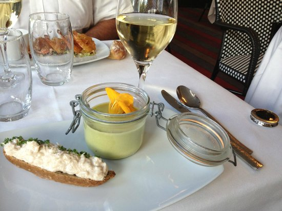 Issy-les-Moulineaux, Frankreich: gaspacho d&#39;asperges et tartine de tourteau
